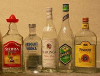 Foto-Abbildung von fünf verschiedenen Alkohol-Flaschen, die nebeneinander stehen.