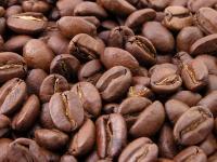 Geröstete Kaffeebohnen. Kaffee ist bekannt für seinen hohen Koffeingehalt.