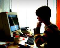Internetsucht kann durch die regelmäßige und exzessive Beschäftigung mit dem Internet entstehen