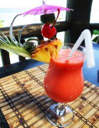 Cocktails setzen sich meist aus Fruchtsäften und Alkohol zusammen. Eine fruchtige Dekoration rundet das Getränk ab.