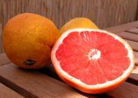 Medikamente und Grapefruit sollte man stets trennen. Der Saft kann die Wirkung der Arznei beeinflussen.