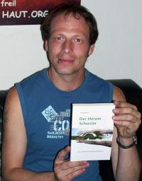 In seinem Buch beschreibt Alex G. schonunglos das, was er zu Zeiten seiner Drogensucht erlebt hat. Gewalt, Knast und Selbstmordversuche inklusive.