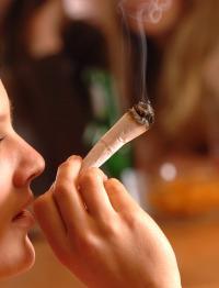 Bereits 13 Prozent der 14- bis 17-Jährigen haben der BZgA zufolge den ersten Cannabis-Konsum hinter sich. Oft kiffen die Jugendlichen mit Freunden zusammen.