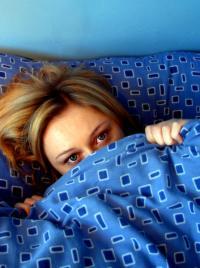 Bei Schlafstörungen sollte man vorsichtig mit dem Griff zu Schlafmitteln sein. Sie können viele Nebenwirkungen haben und schnell abhängig machen