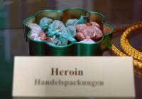 Zu den illegalen, also gesetzlich verbotenen Drogen gehört unter anderem Heroin.