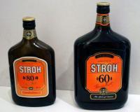 Zwei Flaschen Stroh Rum mit jeweils 60 und 80% Vol. Alkoholgehalt