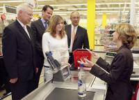 """Drogenbeauftragte Sabine Bätzing beim Test des neuen Kassenwarnsystems im Supermarkt """"real,-"""", das bei der Einhaltung des Jugendschutzes helfen soll"""