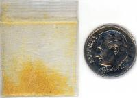Ein Beutel DMT mit einer Münze zum Größenvergleich.