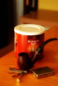 Die Tabakspfeife ist ein Rauchinstrument, in dem Tabak verbrannt und der Rauch durch ein Mundstück aufgenommen wird
