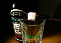 Absinth fällt in den Bereich der Spirituosen. Er hat einen Alkoholgehalt zwischen 45 und 74 Volumen-Prozent