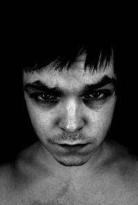 Meist ist die Ursache für Augenringe Müdigkeit, sie können jedoch auch durch einen Kater entstehen
